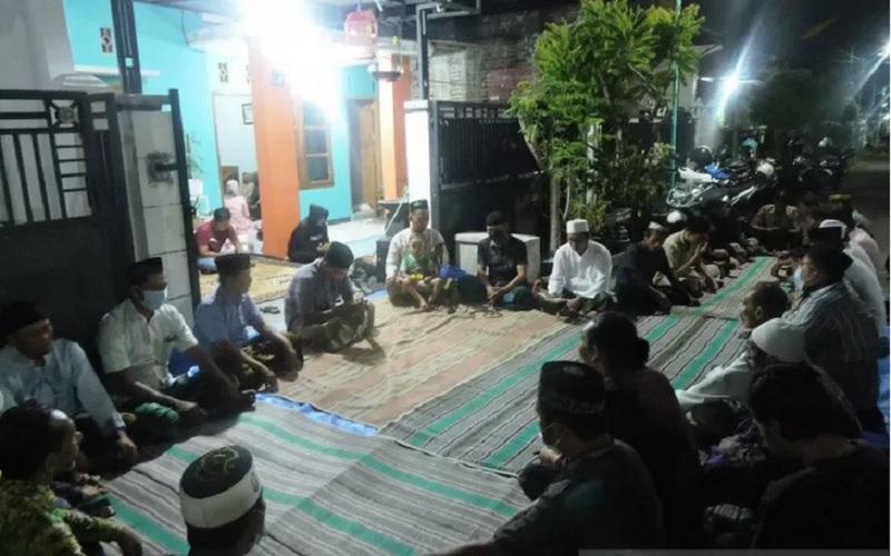 Doa bersama dan tahlil di rumah duka Serda Ede Pandu Yudha Kusuma di Perumahan Flamboyan, Kecamatan Soboh, Banyuwangi, Jawa Timur, Minggu (25/4/2021). - Antara