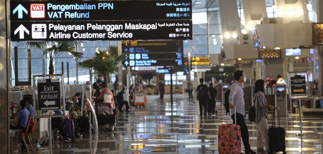 alon penumpang pesawat melihat papan jadwal keberangkatan di Terminal 3 Bandara Soekarno Hatta, Tangerang, Banten, Jumat (23/4/2021).  ANTARA FOTO/Fauzan - wsj.