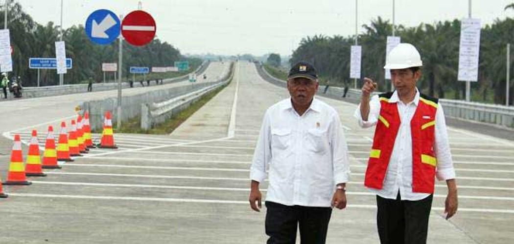 Presiden Joko Widodo (kanan) didampingi Menteri PUPR Basuki Hadimuljono meninjau jalan tol Trans Sumatra di sela-sela peresmiannya, di Deli Serdang, Sumatra Utara, Jumat (13/10). Presiden Joko Widodo meresmikan jalan tol Trans Sumatra ruas Medan-Kualanamu-Tebing Tinggi sepanjang 61,72 km dan Medan-Binjai sepanjang 10,6 km yang telah siap dioperasikan. - ANTARA/Septianda Perdana