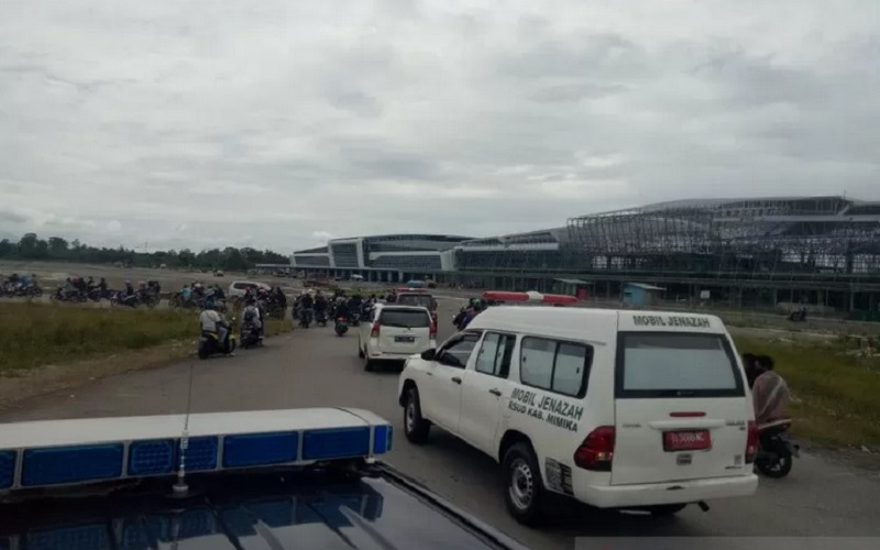 Konvoi kendaraan menjemput jenazah dua guru korban penembakan oleh KKB keluar dari Bandara Mozes Kilangin Timika menuju kamar jenazah RSUD Mimika, Sabtu (10/4/2021). - Antara\r\n