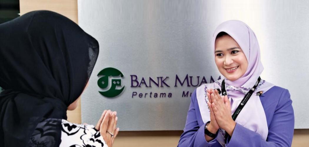 Petugas front office Bank Muamalat menyambut nasabah. - Annual Report 2008.