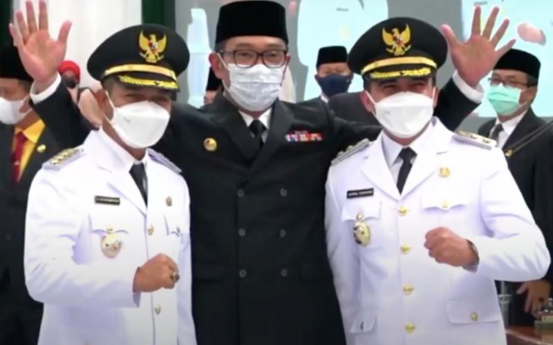 Gubernur Jabar Ridwan Kamil (tengah) usai pelantikan Bupati Bandung Dadang Supriatna dan Wakil Bupati Syahrul Gunawan