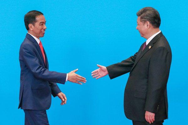 Presiden Joko Widodo (kiri) disambut oleh Presiden China Xi Jinping di sela-sela pertemuan Belt and Road Forum International Conference Center, di Beijing, China, Senin (15/5). - Reuters/Roman Pilipey