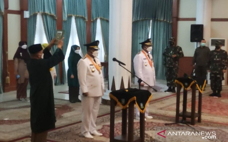 Bupati dan Wakil Bupati Kab. Karimun periode  2021--2024 Aunur Rafiq dan Anwar Hasyim dilantik, Senin (26/4/2021). - Antara/Ogen