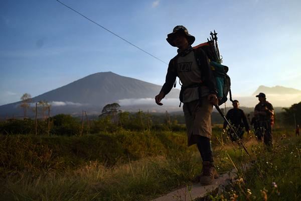 Pendaki Gunung Rinjani yang sempat terjebak longsor akibat gempa bumi tiba di Pos Bawaknao, Sembalun, Lombok Timur, NTB, Senin (30/7/2018). - ANTARA/Akbar Nugroho Gumay