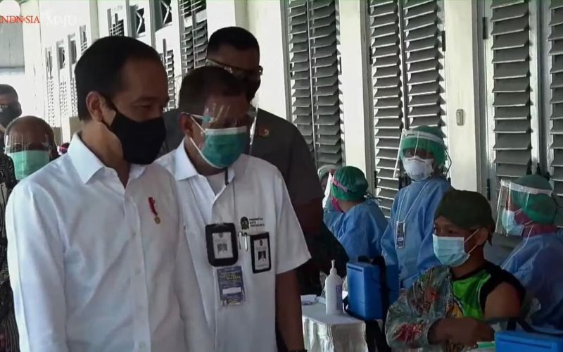 Presiden Joko Widodo meninjau vaksinasi Covid/19 massal kepada pedagang dan pekerja sektor informal di Pasar Beringharjo, Yogyakarta, Senin 1 Maret 2021  -  Youtube Setpres