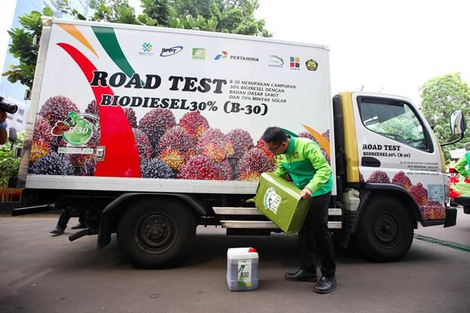 Petugas mengisi bahan bakar B30 saat peluncuran Road Test Penggunaan Bahan Bakar B30 (campuran biodiesel 30% pada bahan bakar solar) pada kendaraan bermesin diesel, di Jakarta, Kamis (13/6/2019). - Bisnis/Abdullah Azzam