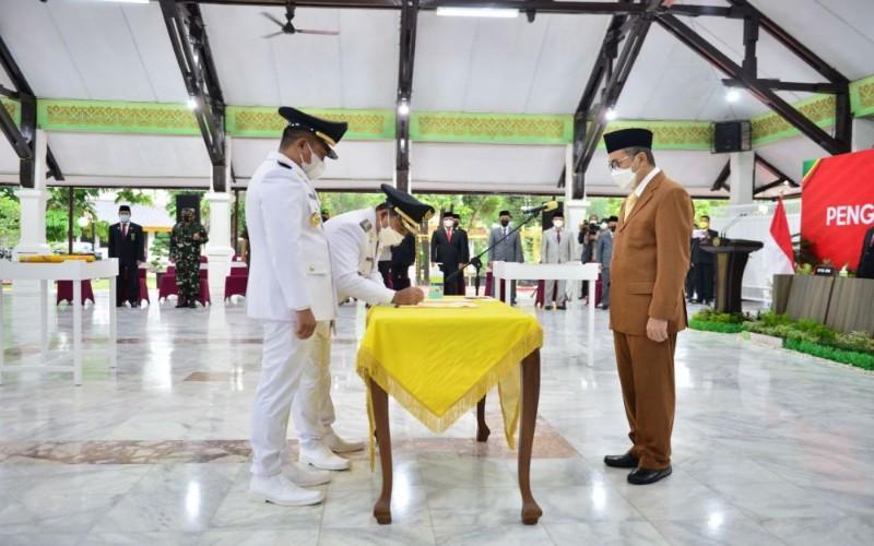 Gubernur Riau Syamsuar melantik Bupati dan Wakil Bupati Pelalawan terpilih, Zukri dan Nasaruddin  - Istimewa