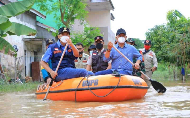 Wali Kota Pekanbaru Firdaus meninjau lokasi banjir.  - Istimewa