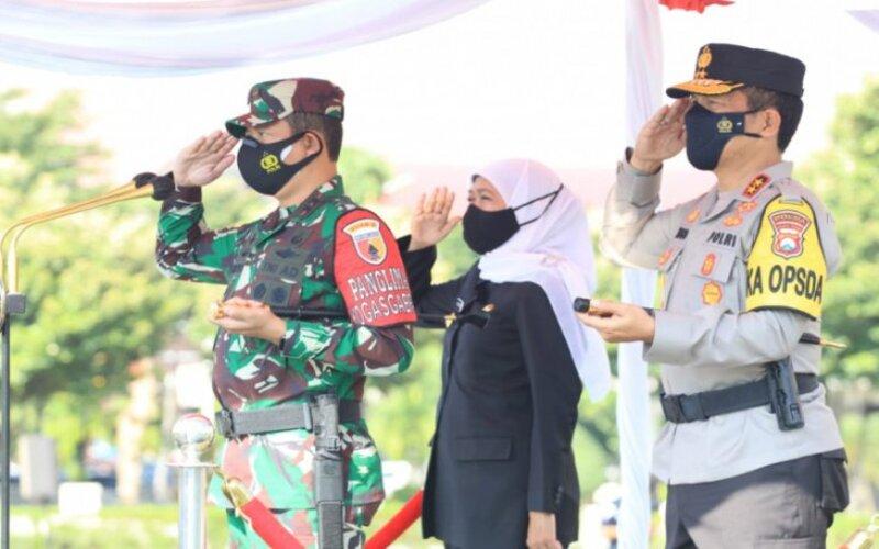 Forum Komunikasi Pimpinan Daerah (Forkopimda) Jawa Timur saat menggelar apel kesiapan pengamanan larang mudik Hari Raya Idul Fitri 1442 Hijriah di Mapolda setempat, Surabaya, Senin (26/4/2021). - Polda Jatim