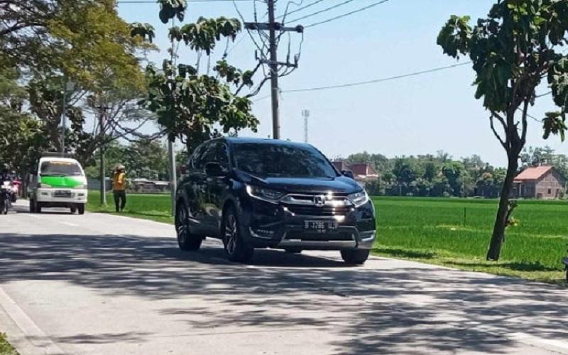 Sejumlah kendaraan berpelat nomor luar Jateng terlihat melintasi jalan Pungkruk-Gabugan, Sragen, Kamis (22/4/2021).  JIBI - Solopos.com/Moh. Khodiq Duhri
