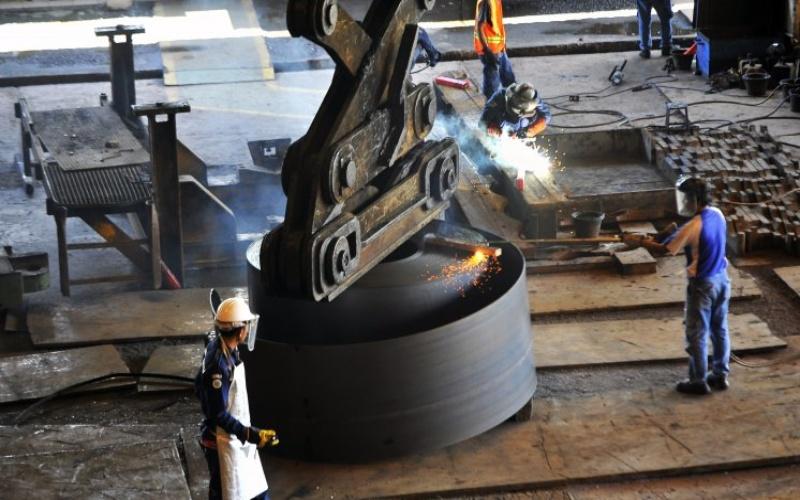 Pekerja memotong lempengan baja panas di pabrik pembuatan hot rolled coil (HRC) PT Krakatau Steel (Persero) Tbk di Cilegon, Banten.  - Antara/ASEP FATHULRAHMAN