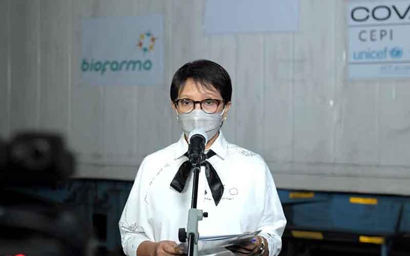 Menteri Luar Negerti Retno LP Marsudi usai menerima 3,8 juta vaksin jadi AstraZeneca di Bandara Soekarno Hatta, Senin (26/4/2021).  - Biro Pers Sekretariat Presiden/Kris\r\n\r\n