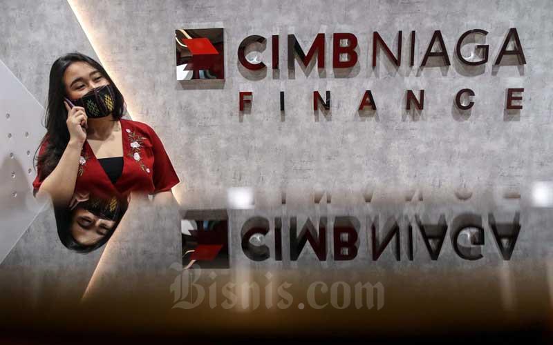 Karyawan beraktivitas di kantor PT CIMB Niaga Auto Finance di Tangerang Selatan, Banten, Rabu (3/2/2021). Bisnis - Eusebio Chrysnamurti