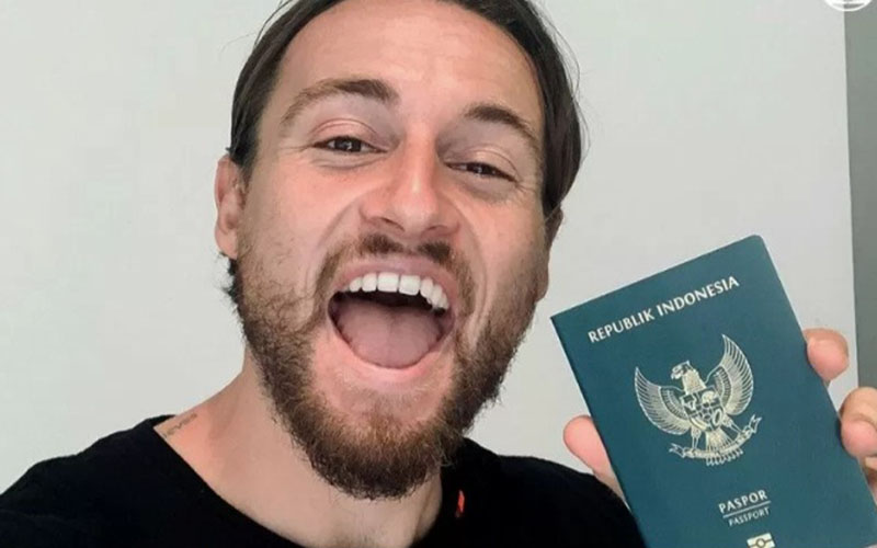 Gelandang Persija Jakarta Marc Klok memamerkan paspor Republik Indonesia. - Persija.id