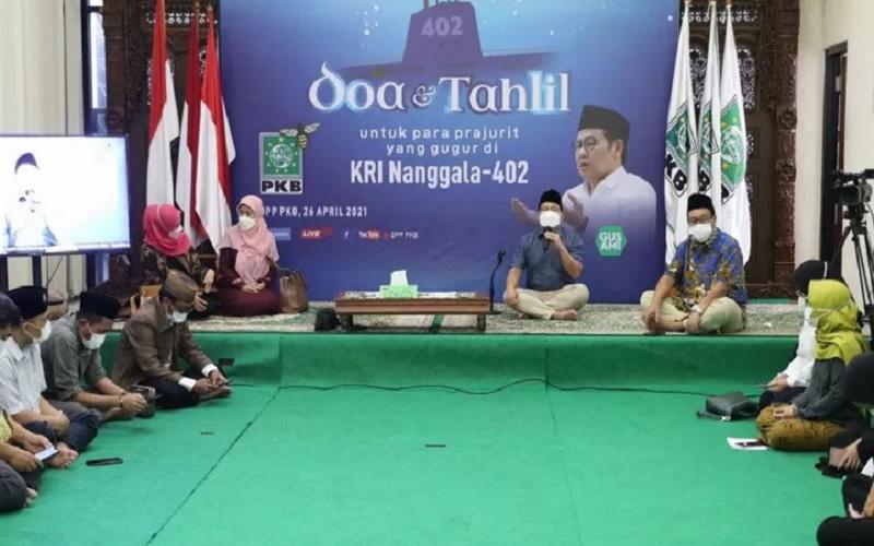 Ketua Umum DPP Partai Kebangkitan Bangsa (PKB) Muhaimin Iskandar memimpin pelaksanaan salat gaib, doa dan tahlil untuk para prajurit yang gugur di KRI Nanggala 402 di kantor DPP PKB, Jakarta, Senin (26/4/2021) malam. - Antara\r\n