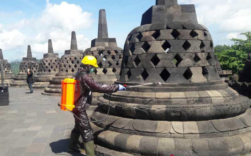 Petugas Balai Konservasi Borobudur menyemprotkan disinfektan pada sebuah stupa Candi Borobudur untuk mengantisipasi Virus Corona (COVID-19). - Antara/Heru Suyitno