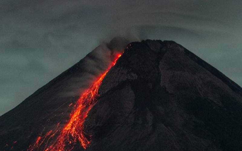 Arsip - Gunung Merapi saat terlihat meluncurkan lava pijar dari Turi, Sleman, Yogyakarta, Minggu (25/4/2021). - Antara/Hendra Nurdiyansyah