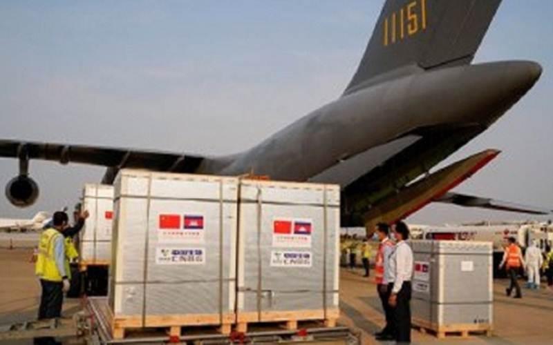 Ilustrasi - Pesawat kargo yang mengangkut pengiriman 600.000 dosis vaksin Covid-19 yang disumbangkan China (7/2/2021)./Antara - ReutersCindy Liu