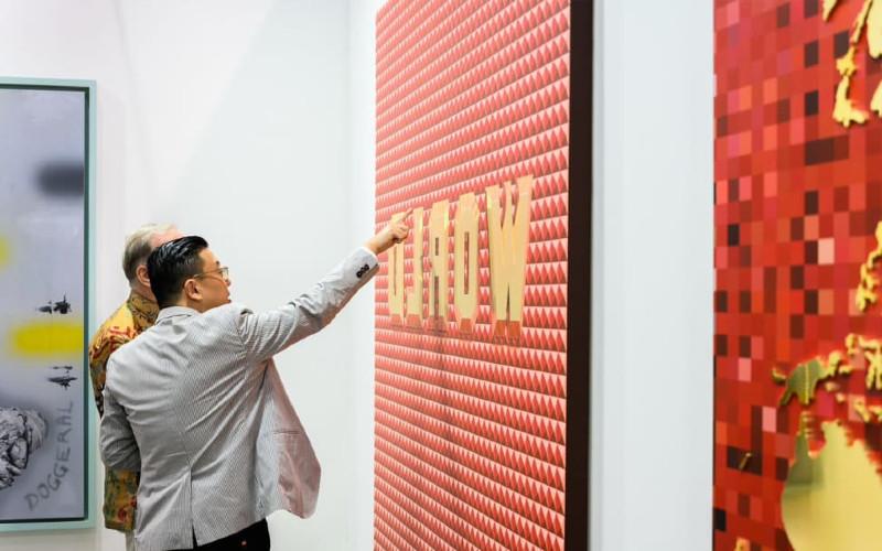Pengunjung mengalami salah satu karya seni di museum Art Bassel.  - Art Bassel