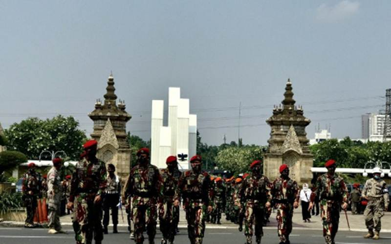 Sejumlah anggota TNI berjalan keluar kompleks Taman Makam Pahlawan (TMP) Kalibata, Jakarta, Selasa (27/4/2021). - Antara/Genta Tenri Mawangi