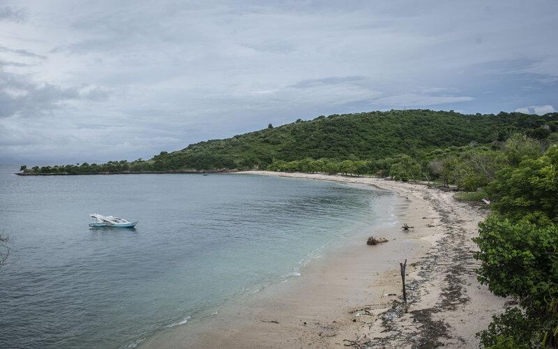 Suasana Pantai Pink yang dipenuhi sampah di bagian pesisir di Sekaroh, Jerowaru, Lombok Timur, Nusa Tenggara Barat, Selasa (9/3/2021). - Antara/Aprillio Akbar.