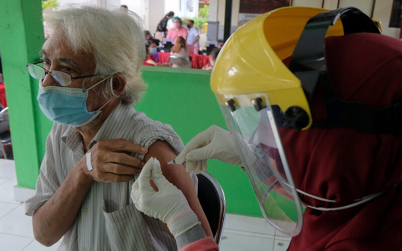 Petugas kesehatan menyuntikkan vaksin Covid-19 kepada lansia saat vaksinasi massal dengan sistem jemput bola berbasis Banjar di Denpasar, Bali, Senin (5/4/2021). Vaksinasi Covid-19 yang digelar di tiga desa di Denpasar yakni Desa Panjer, Desa Sesetan dan Desa Sidakarya tersebut menyasar lansia, guru, pedagang dan perangkat desa dengan menargetkan 2.500 orang per hari yang berlangsung hingga bulan Mei 2021 untuk dosis pertama. - Antara/Nyoman Hendra Wibowo.