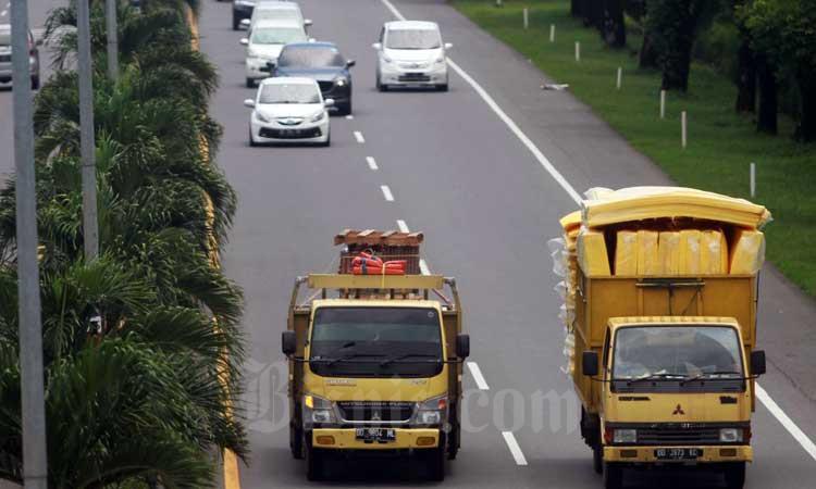 Ilustrasi - Kendaraan melintas di Jalan Tol Seksi Empat (JTSE) Makassar, Sulawesi Selatan, Rabu (26/2/2020). - Bisnis/Paulus Tandi Bone