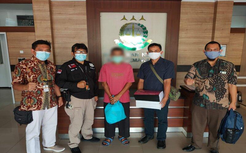 Tersangka tindak pidana perpajakan (tengah) yang diserahkan oleh Tim Penyidik Kantor Pusat Direktorat Jenderal Pajak (DJP). - Humas DJP Jateng