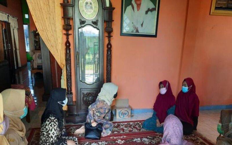 Ketua Tim Penggerak PKK Kabupaten Pasuruan, Ny Lulis Irsyad Yusuf (kiri) saat melayat ke rumah duka (alm) Lettu Muhammad Imam Adi (29), korban tenggelamnya Kapal Selam KRI Nanggala 402, Senin (26/04 - 2021).