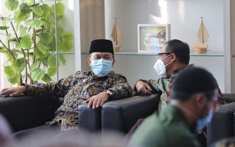 Wali Kota Bandung Oded M Danial (kiri)