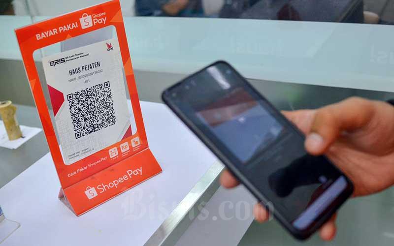 Konsumen menggunakan dompet digital ShopeePay saat melakukan pembayaran di Jakarta, Rabu (31/3/2021). Bisnis - Fanny Kusumawardhani