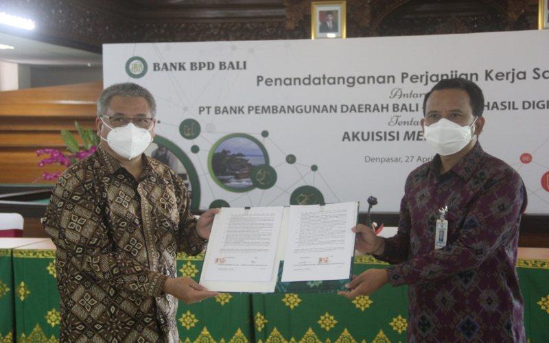 Direktur Utama BPD Bali Nyoman Sudharma kanan berfoto bersama dengan Direktur PT Alto Hasil Digital Indonesia (AHDI) Albertus Bambang Koes Rudiyanto kiri usai melakukan penandatangan perjanjian kerja sama terkait akusisi merchant dan peneran QRIS. Bisnis - Ni Putu Eka Wiratmini