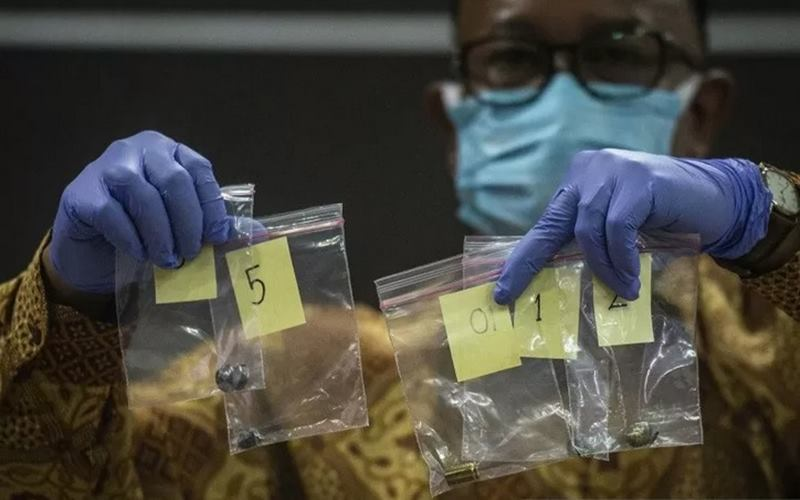 Komisioner Komnas HAM Mohammad Choirul Anam menunjukkan barang bukti berupa proyektil dan selongsong peluru dalam konferensi pers perkembangan penyelidikan dan hasil temuan Komnas HAM RI atas peristiwa kematian enam Laskar FPI di Jakarta, Senin (28/12/2020). - Antara\r\n\r\n