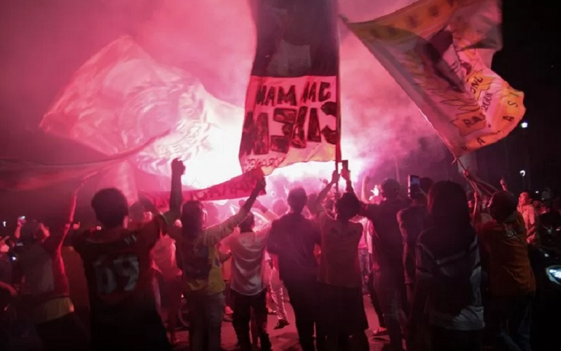 Suporter Persija menyalakan flare saat merayakan kemenangan Persija Jakarta pada laga final Piala Menpora 2021 di Bundaran Hotel Indonesia, Jakarta, Senin (26/4/2021). Suporter Persija The Jakmania berkonvoi memadati Bundaran HI merayakan kemenangan Persija Jakarta menjadi juara Piala Menpora 2021 usai mengalahkan Persib Bandung di Stadion Manahan Solo dengan agregrat 4-1. - Antara