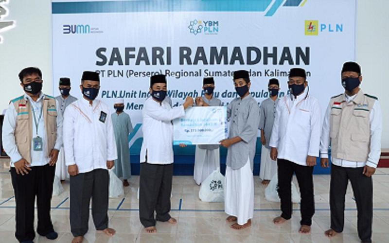 PLN Unit Induk Wilayah Riau dan Kepulauan Riau (UIWRKR) menyerahkan bantuan dari Yayasan Baitul Mall (YBM) PLN kepada 1.675 orang penerima yang tersebar di Provinsi Riau dan Kepulauan Riau.  -  Istimewa