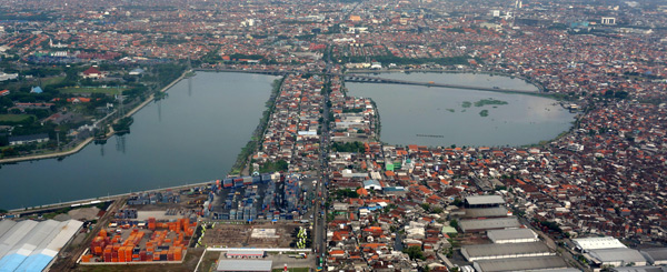 Foto udara bozem Morokrembangan Surabaya, Senin (25/11). Bozem Morokrembangan yang memiliki luas 79,5 Hektar dan satu dari enam bozem besar yang berfungsi sebagai penampungan limpahan air hujan di Surabaya. - Antara