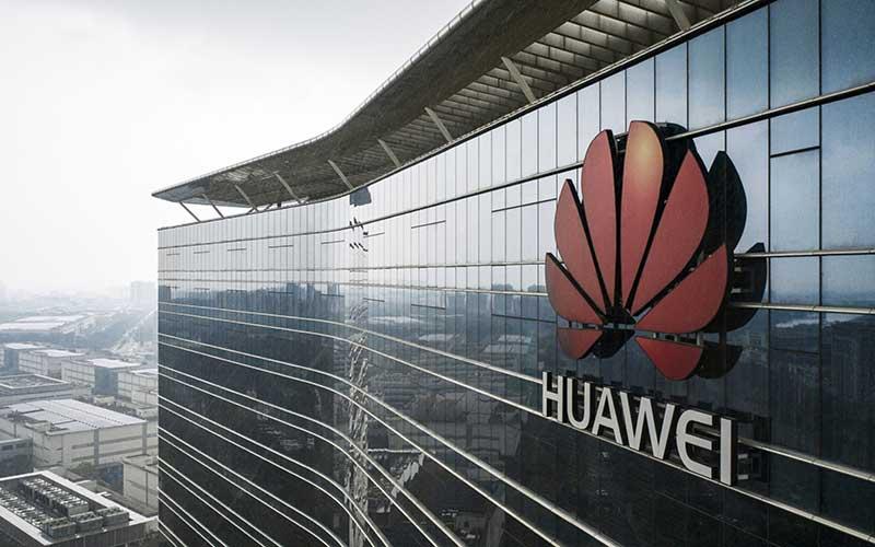 Logo Huawei Technologies Co. di atas gedung perkantoran di Dongguan, China.  - Bloomberg/Qilai Shen