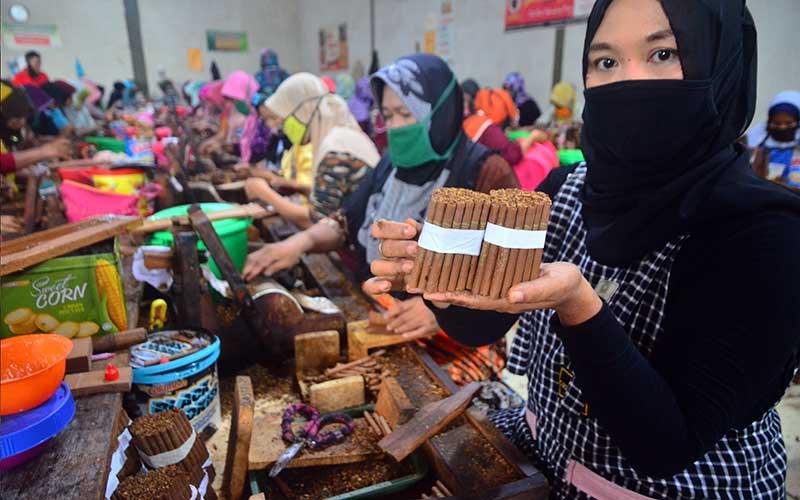 Pekerja menunjukkan rokok jenis Sigaret Kretek Tangan (SKT) di Kawasan Industri Hasil Tembakau (KIHT), Megawon, Kudus, Jawa Tengah, Jumat (11/12/2020). Pemerintah melalui Kementerian Keuangan (Kemenkeu) menetapkan kebijakan tarif cukai hasil tembakau atau cukai rokok tahun 2021 naik rata-rata 12,5 persen. ANTARA FOTO - Yusuf Nugroho