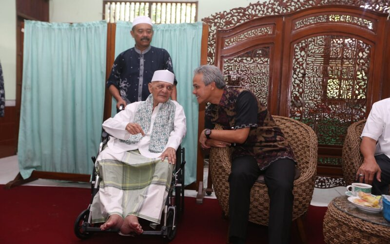 Ulama kharismatik asal Kudus, KH HM Sya'roni saat bertemu dengan Gubernur Jateng Ganjar Pranowo. - Istimewa