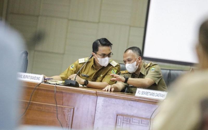 Bupati Bandung Dadang Supriatna (kanna) dan Wakil Bupati Bandung Sahrul Gunawan
