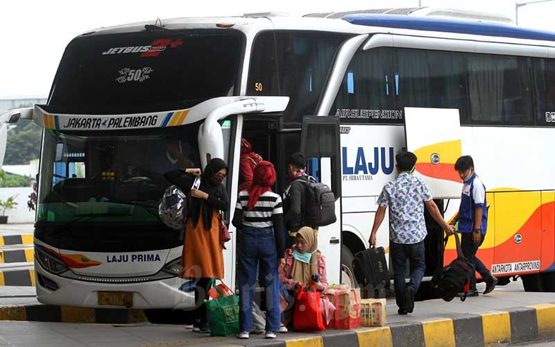 Calon penumpang berjalan menuju bus antarkota antarprovinsi (AKAP) di area pemberangkatan terminal Pulo Gebang, Jakarta, Selasa (21/4/2020). Bisnis - Arief Hermawan P