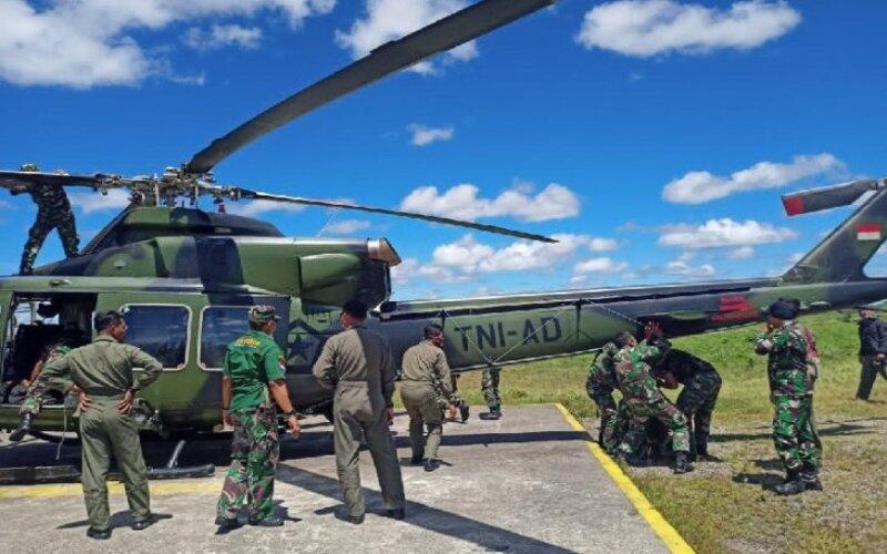 Tim tehnisi di Timika, nampak sedang memperbaiki helikopter milik TNI-AD yang tertembak, Selasa (27/4/2021) saat mengevakuasi korban kontak senjata di Kabupaten Puncak. - Antara