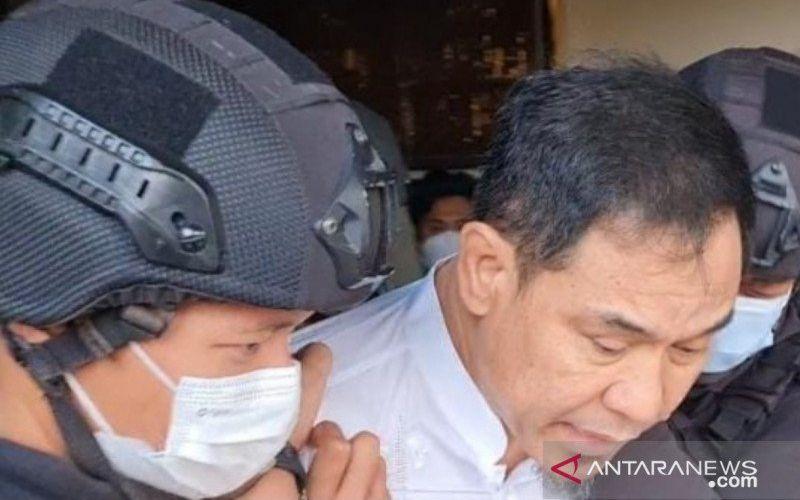 Anggota Densus 88 Antiteror Polri menangkap pengacara HRS, Munarman, terkait dengan dugaan aksi teroris di Perumahan Modern Hills, Cinangka, Pamulang, Tangerang Selatan, Banten, Selasa (27-4-2021) sekitar pukul 15.30 WIB. ANTARA - HO/Polda Metro Jaya