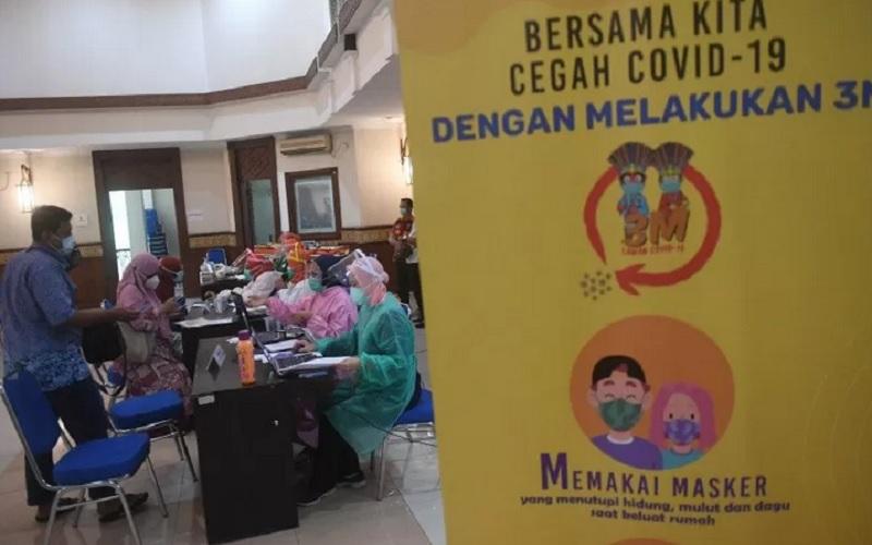 Petugas mendata sejumlah tenaga kesehatan (nakes) usai vaksinasi massal di Kantor Wali Kota Jakarta Pusat, Jakarta, Minggu (31/1/2021). - Antara\r\n\r\n