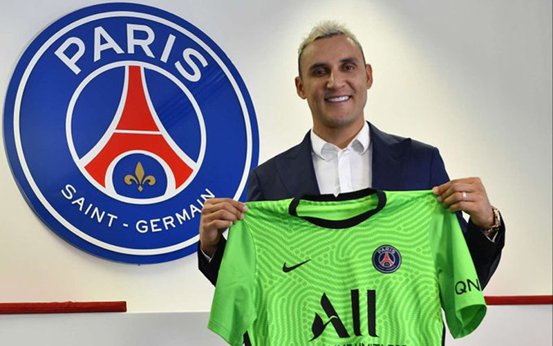 Keylor Navas ketika menandatangani perpanjangan kontrak bersama Paris Saint-Germain. - Twitter@NavasKeylor