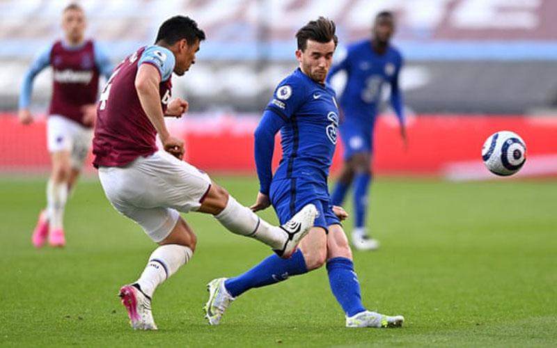 Momen saat Fabian Balbuena melanggar Ben Chilwell yang membuat bek West Ham itu menerima kartu merah. - Football London