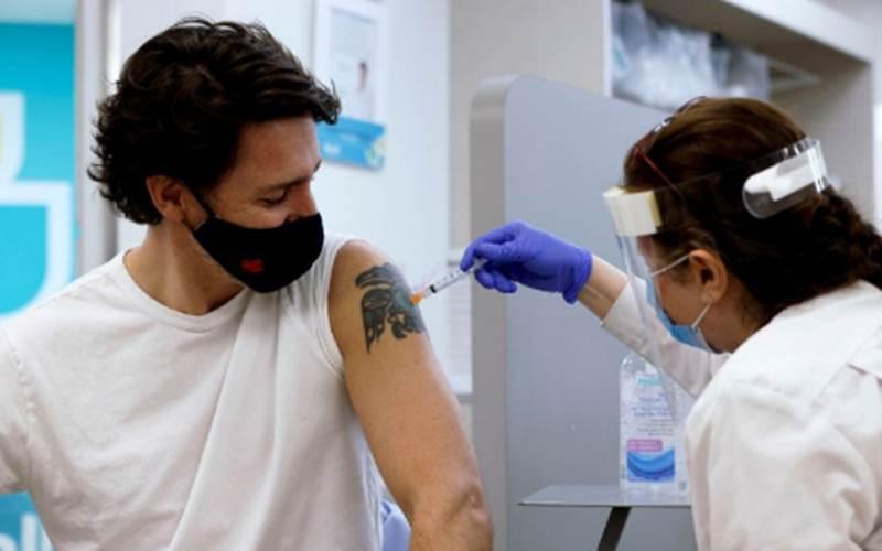 Perdana Menteri Kanada Justin Trudeau disuntik vaksin Covid-19 AstraZeneca di sebuah apotek di Ottawa, Ontario, Kanada, Jumat (23/4/2021)./Antara - Reuters/Blair Gable