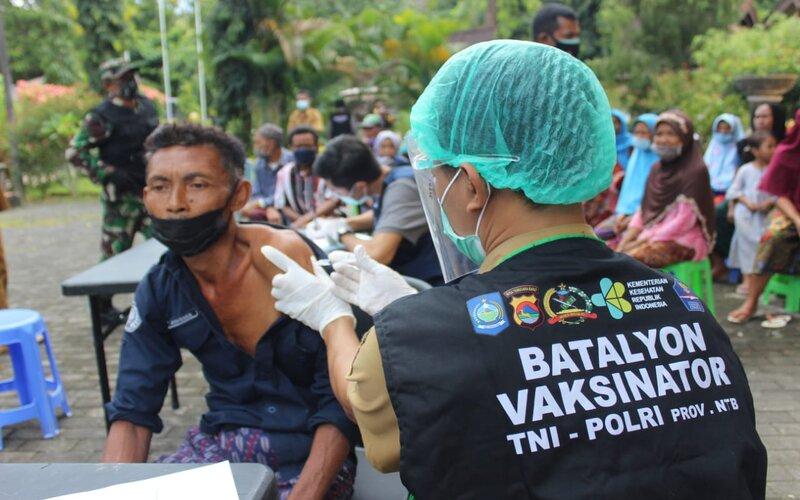Salah satu lansia sedang divaksin di Lombok Barat.