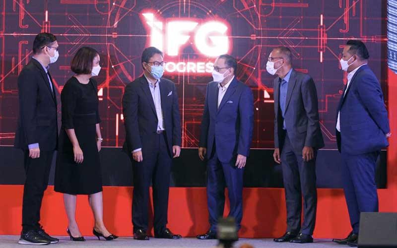 Direktur Utama Indonesia Financial Group (IFG) Robertus Billitea (kedua kanan) berbincang dengan Ketua Dewan Penasihat IFG Progress Agus Martowardojo (ketiga kanan), Komisaris Utama Fauzi Ichsan (ketiga kiri), Komisaris Masyita Crystallin (kedua kiri), Direktur Keuangan dan Umum Rizal Ariansyah (kiri), dan Direktur Bisnis Pantro Pander Silitonga di sela-sela peresmian IFG Progress di Jakarta, Rabu (28/4/2021). Bisnis - Arief Hermawan P